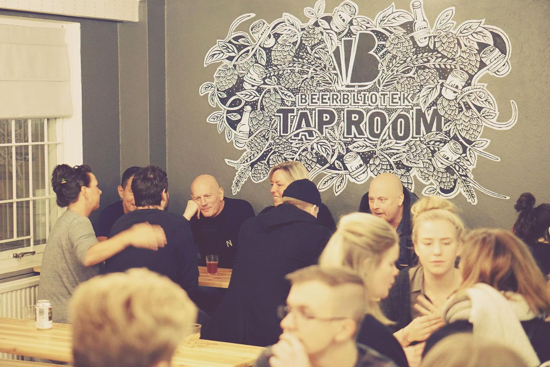Darryl-de-Necker-Beerbliotek-Tap-Room-Customers